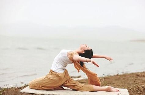 动作功能:天鹅变化式瑜伽有助于加强髋部与脊椎的弹性.图片